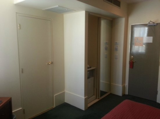 Ibis Styles Melbourne, The Victoria Hotel: Cupboard and door entrance
