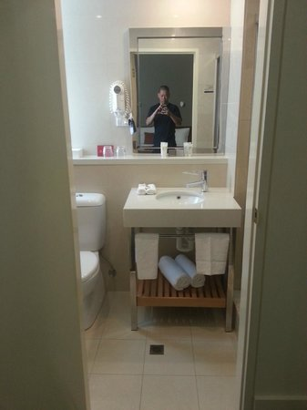 Ibis Styles Melbourne, The Victoria Hotel: Bathroom.