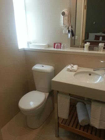 Ibis Styles Melbourne, The Victoria Hotel: Other toilet view.