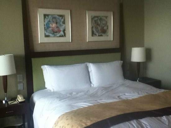 Sofitel Philippine Plaza Manila:                   The bed