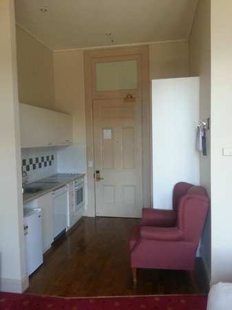 Quest Grand Hotel Melbourne: Looking at door with cupboard and kitchen