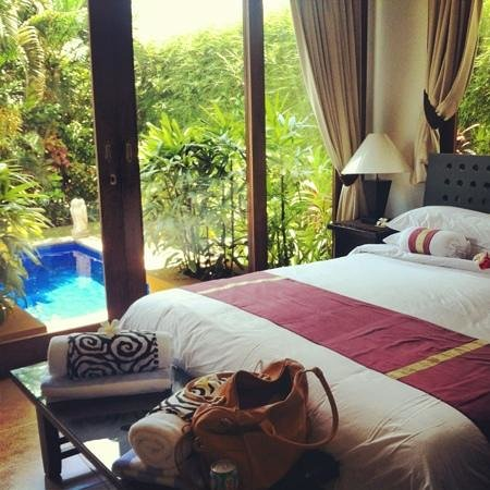 The Zen Villas: bedroom with great bathroom and pool view