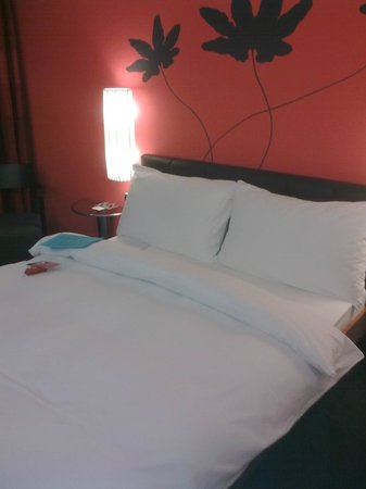 Hotel Basel: Large, clean and comfortable bed