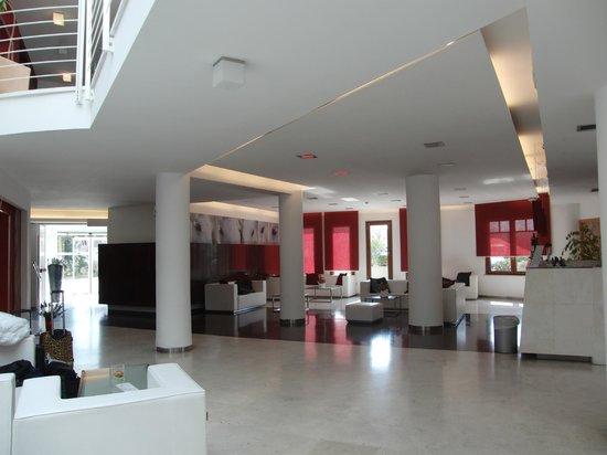 Montaperti Hotel:                   l'ampia sala che accoglie