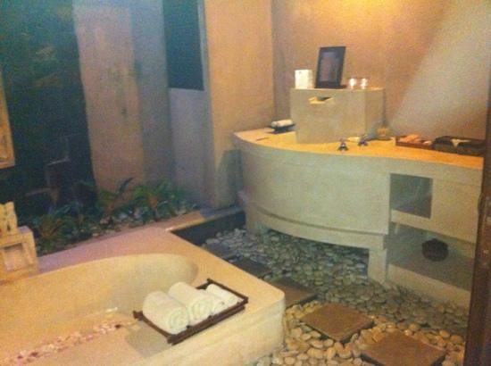 The Bli Bli Villas & Spa: bathroom to two bedroo