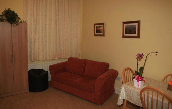 Kiltyclogher Holiday Centre: En-suite bedroom.
