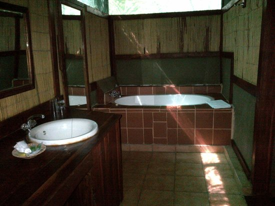 Kwalape Safari Lodge:                   Spacious Bathroom