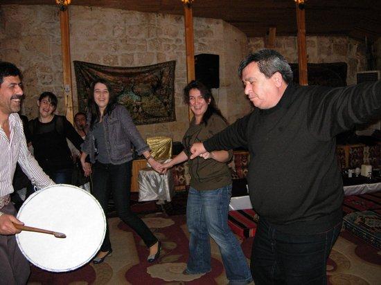 Gulizar Konukevi :                   Halay, yerel oyun