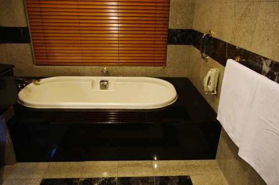 The Empire Hotel & Country Club:                   the tub