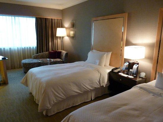 The Westin Grande Sukhumvit:                   部屋は広く清潔感があり快適。エアコンもよく効いている。窓の外には眼下にBTSが見える。