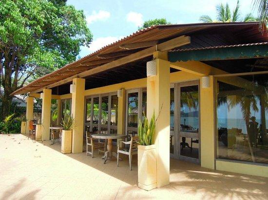 Sunset Beach Resort:                                     朝食会場でビーチや庭に面している