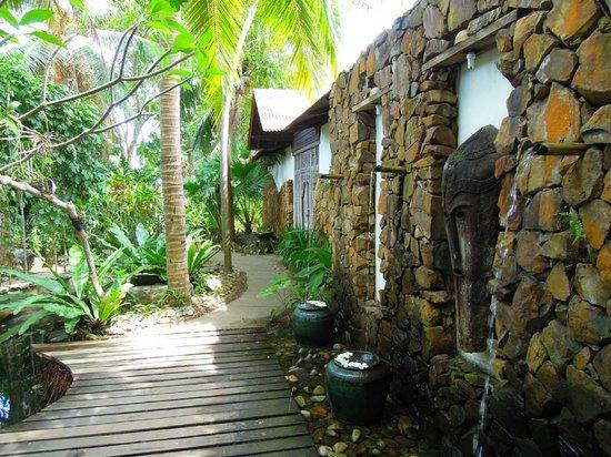 Sunset Beach Resort:                                     ホテル内通路は5~60mでビーチまで