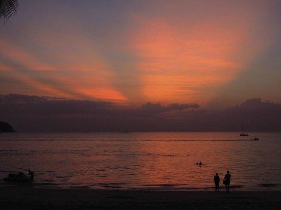 ซันเซ็ท บีช รีสอร์ท:                                     圧倒されるような夕日