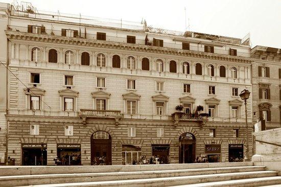 Hotel Boutique Nazionale: La facciata del palazzo che ospita l'hotel è elegantemente ottocentesca