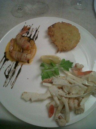 Osteria del Pescado:                                     tris di antipasti di mare con frittelle di bianchetti gamber