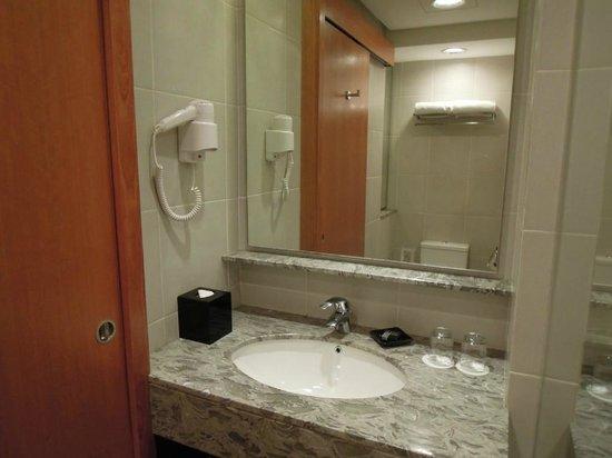 Concorde Hotel Kuala Lumpur:                                     洗面スペース、ドライヤーあり、シャンプー類も全部あり