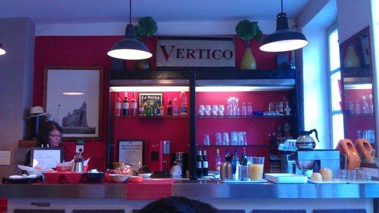 Vertigo Hostel Saint-Charles :                   yummy breakfast on the bar