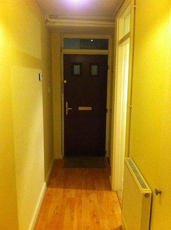 London City Hotel:                   Puerta de entrada desde dentro