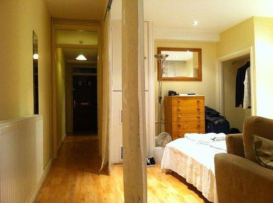 London City Hotel:                   Desde el salón comedor vista de la habitación y la entrada principal al fondo