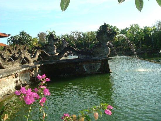 Ayodya Resort Bali:                   Фонтан перед входом в отель