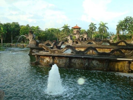 Ayodya Resort Bali:                   Фотнтан перед входом в отель