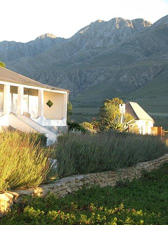 Swartberg Country Manor: View of Historical House with the Honeymoon Suite