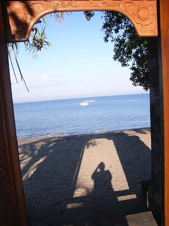 Batu Bolong Cottages:                   Ausgang vom Poolbereich zum Strand