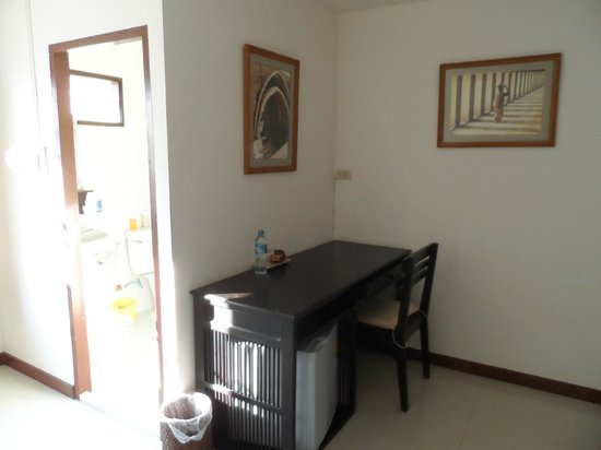 Baan Klang Vieng Hostel:                   there's a small fridge under the desk