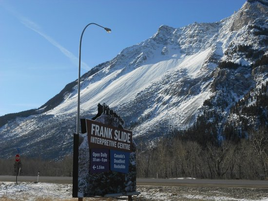 Lizard Creek Lodge: Franks Slide en route to Fernie