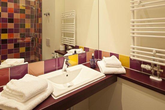 Explorer Hotel Neuschwanstein: farbenfrohes Badezimmer