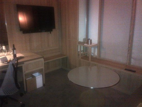 PARKROYAL on Pickering:                   Seating area in the room