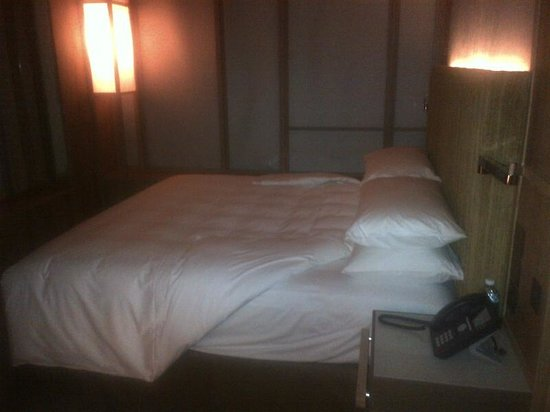 PARKROYAL on Pickering:                   King sized bed in the room