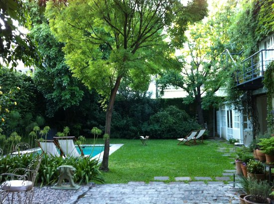 L'Hotel Palermo:                   Lovely yard...small but functional pool