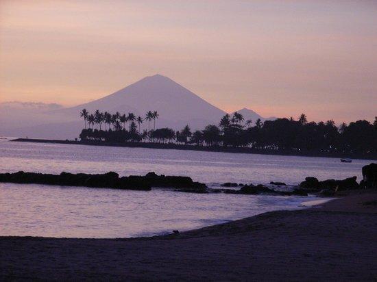 Batu Bolong Cottages:                   Sonnenuntergang am Strand vom Batu Bolong mit Blick auf den Gunung Agung auf