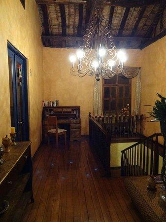 Hotel Los Balcones:                   Sala donde el hotel de cortesía ofrece una laptop con wifi