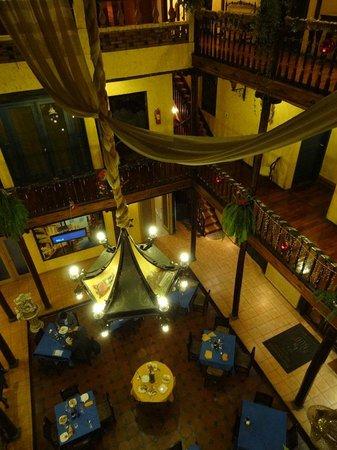 Hotel Los Balcones:                   Vista hacia el restaurante que ocupa todo el patio central que está cubierto.