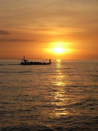 Batu Bolong Cottages:                   Sonnenuntergang am Strand vom Batu Bolong