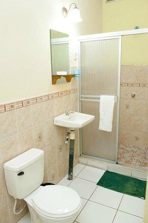 Guesthouse El Carmen: Room, shower