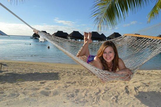 Hilton Moorea Lagoon Resort & Spa:                   EN UNA HAMACA CON LOS BUNGALOWS DETRAS