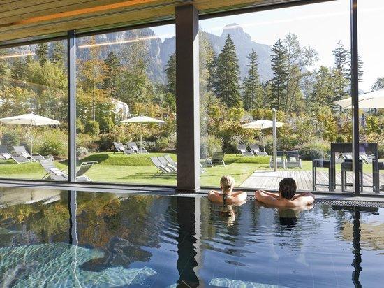 TRAUBE BRAZ Alpen.Spa.Golf.Hotel: Hallenbad mit Panoramablick im Hotel Traube Braz