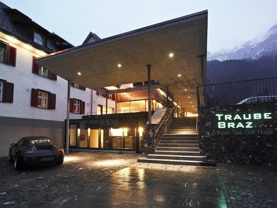 TRAUBE BRAZ Alpen.Spa.Golf.Hotel: Aussenansicht Eingang Hotel Traube Braz