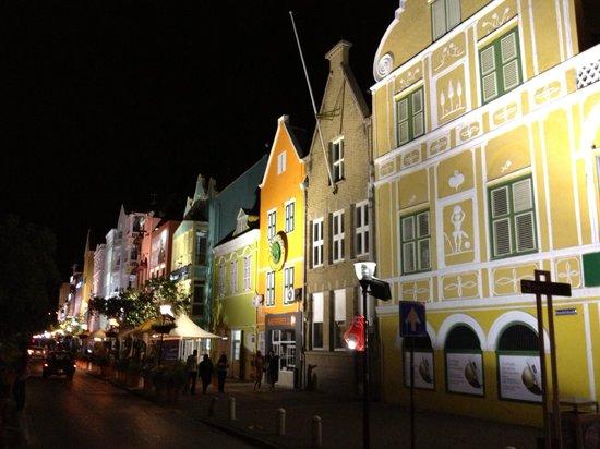 Punda:                   Casas tipicas holandesas de noche