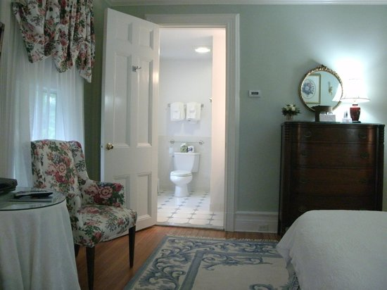 Stanton House Inn: The Bathroom of a Second Floor Queen