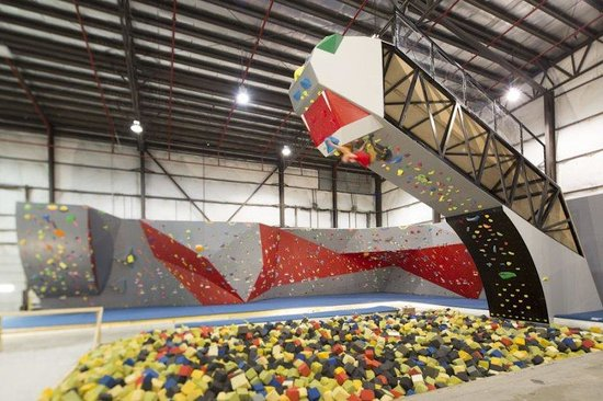‪‪Hoosier Heights Indianapolis‬: 25 foot bouldering over a foam pit!‬