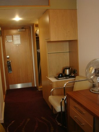 Louis Fitzgerald Hotel: Tea/Coffee facilities with wardrobe storage behind
