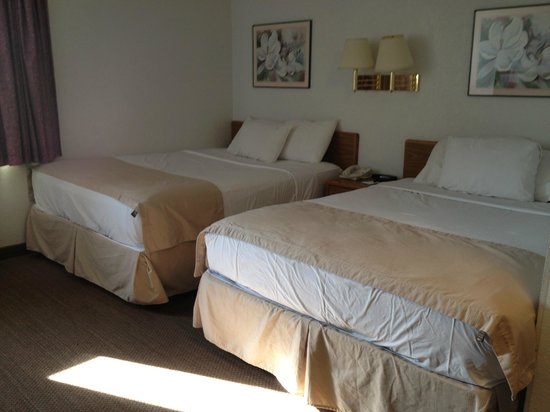 Rodeway Inn: Two Queen Beds with Triple Sheeting