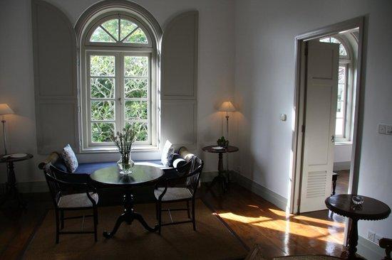Amangalla:                   Wohnzimmer mit Blick in den Garten                 