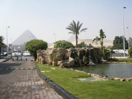 Le Meridien Pyramids Hotel & Spa:                   За порогом отеля