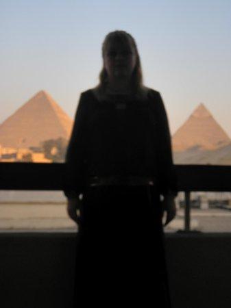 Le Meridien Pyramids Hotel & Spa:                   Вид из другого номера на пирамиды