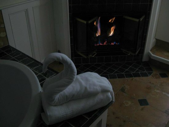 Cliffside Inn: Towel folding on the tub, next to one of the two fireplaces.